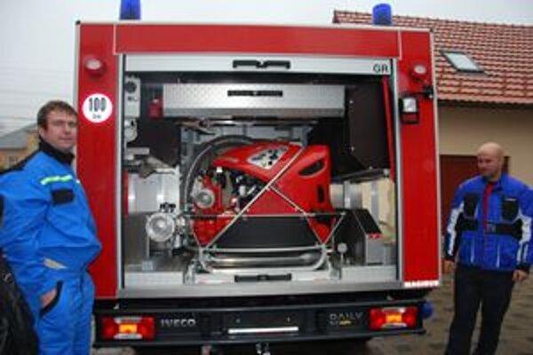 Nový člen DHZ Dohňany. V zadnej časti vozidla je motorová striekačka.