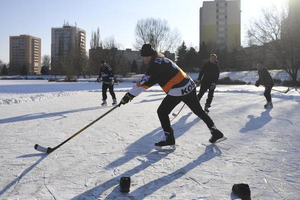 Aj v zime treba športovať, napríklad s hokejkou a korčuľami na ľade.