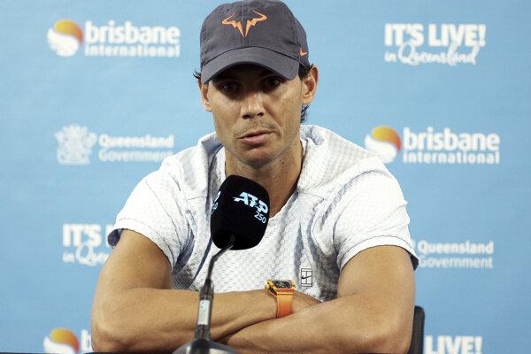 Rafael Nadal odpovedá na otázky novinárov v Brisbane.
