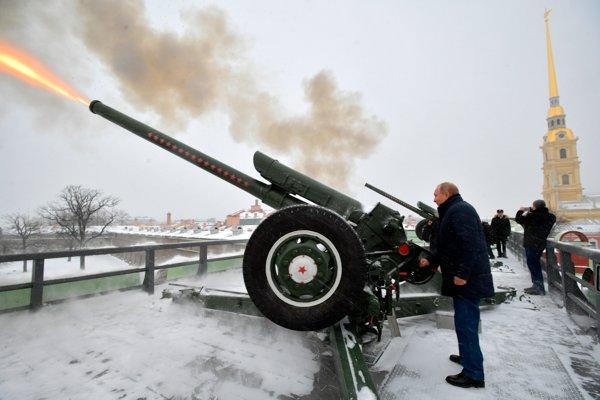 Vladimir Putin počas pondelkovej návštevy Petropavlovskej pevnosti vo svojom rodnom Petrohrade, kde pri rieke Neva odpálil každodennú tradičnú salvu z húfnice, ktorou sa oznamuje poludnie.