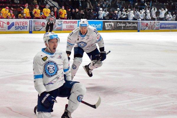 Erik Čaládi strelil dôležitý gól na 2:0. Oslavovať s ním ide Branislav Rapáč.