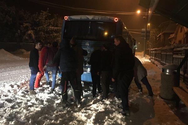 Autobus v Dolných Vesteniciach pomohli roztlačiť miestny aj okoloidúci.