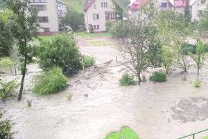 V auguste potrábili Kysuce povodne. Zatopené domy, pivnice, záhrady, zničené cesty amostné objekty. To je dôsledok prívalových dažďov na Kysuciach. Starostovia hovoria, že problém treba hľadať vťažbe lesov azanedbanom čistení vodných tokov.