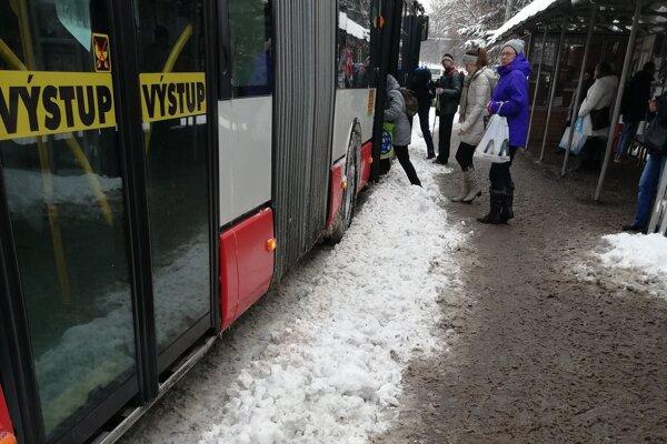 Nastúpiť do autobusov bolo hlavne pre starších obyvateľov problémom.