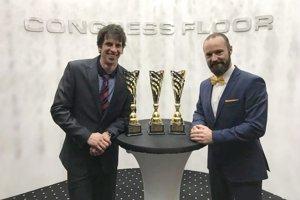 Alexander Slafkovský (vľavo) s trénerom Stanislavom Gejdošom. Obaja zožali úspech a získali zaslúžené ocenenie športovec roka resp. tréner roka Slovenskej kanoistiky.