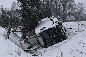 Po prevrátenom kamióne ostala časť nákladu na mieste.