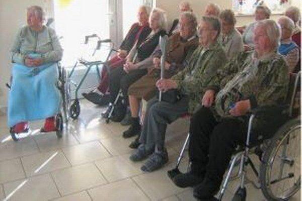 Mikulášski divadelníci rozdávajú dobrú náladu seniorom.