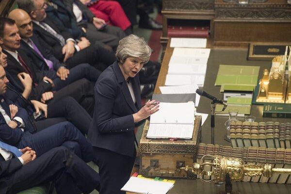 Theresa Mayová v britskom parlamente.