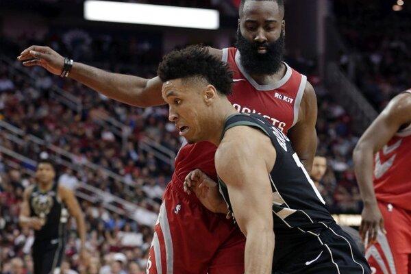 Hráč Milwaukee Bucks Malcolm Brogdon v súboji Jamesom Hardenom z Houstonu.