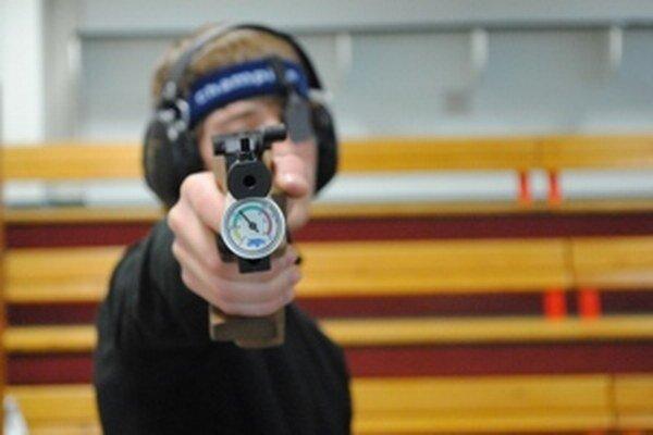 Oliver Pelach za svojou športovou zbraňou.