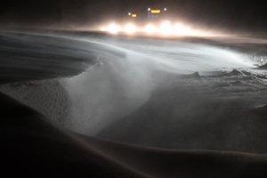 Snehové jazyky a záveje na ceste, ktoré komplikujú dopravu so silným vetrom v okrese Michalovce.