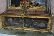 Autentická truhla, v ktorej martýra Adeodata priviezli do Trenčianskych Bohuslavíc v roku 1764