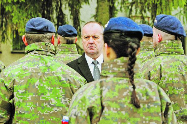 Minister obrany Gajdoš medzi vojakmi.