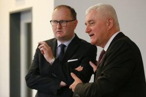 Na snímke sprava predseda predstavenstva Mondi SCP Miloslav Čurilla a prezident Mondi SCP Bernhard Peschek