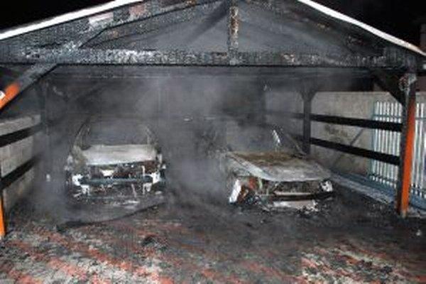Majiteľovi podpálených áut vznikla škoda približne 22-tisíc eur.