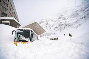 Lavína zasiahla aj švajčiarsky hotel a zničila niekoľko áut.