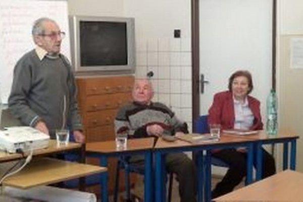 Žiakom priblížili spomienky na druhú svetovú vojnu  Pavol Chrapčiak a Jozef  Moravčík. Na fotografii vpravo riaditeľka  školy Ľudmila Sedliaková.