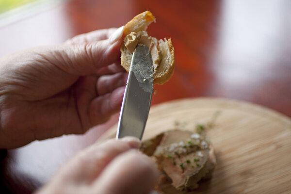 Foie gras sa vyrába z pečene vykŕmených husí alebo kačiek.