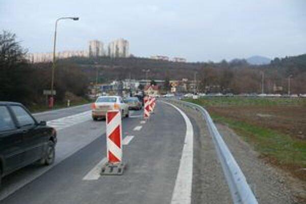 Napojenie na preložku z cesty prvej triedy na začiatku mesta.