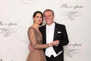 Pavol Lančarič, hostiteľ Plesu v opere, predseda predstavenstva a generálny riaditeľ Orange Slovensko s manželkou Silviou