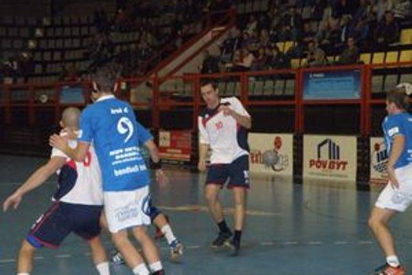 Štefanisko (vpravo) pripsel štyrmi gólmi k výhre Pov. Bystrice v Bardejove.