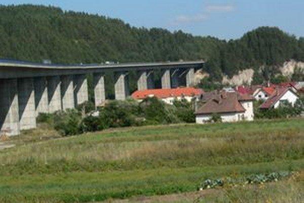 Hrádockým policajtom sa muža podarilo z mosta stiahnuť do bezpečia.