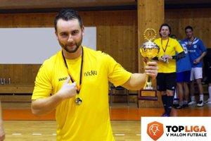 Člen víťazného tímu Pivkárov Matúš Turan, za ním vzadu Henrich Benčík.