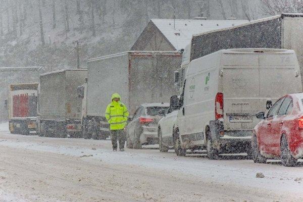 Situácia krátko popoludní na ceste I/59 pri banskobystrickej časti Uľanka, kde sa začínajú horské priechody Donovaly a Šturec.
