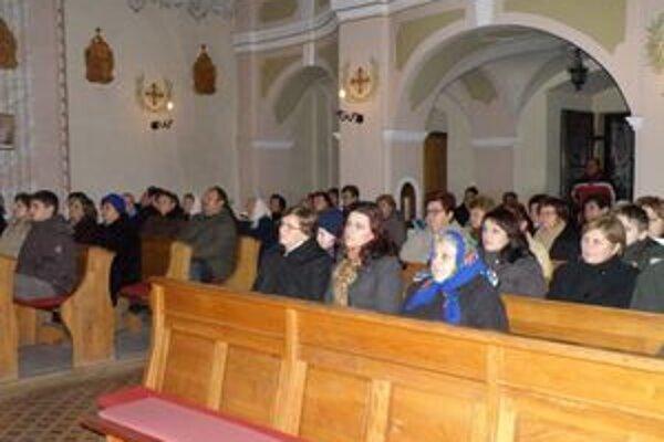 Ledničania si vianočné melódie v kostole vypočuli v podaní Obývačkového orchestra z Terchovej.