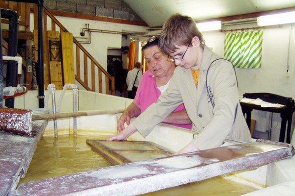 Expozícia bude prenosná, to znamená, že výrobu papiera si budú môcť vyskúšať deti aj dospelí vo všetkých pracoviskách múzea v regióne.