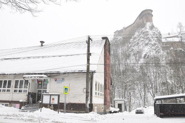Obecný úrad stojí pod Oravským hradom. Plynový kotol zabezpečuje teplo bez čierneho dymu.