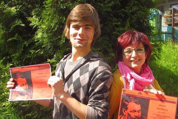 Recitátor Marek Kendera a bábkoherečka Anna Mišurová.