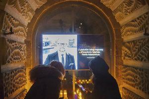 Davy ľudí v Gdansku kládli kvety, zapaľovali sviečky a na radnici sa zapisovali do kondolenčnej knihy.