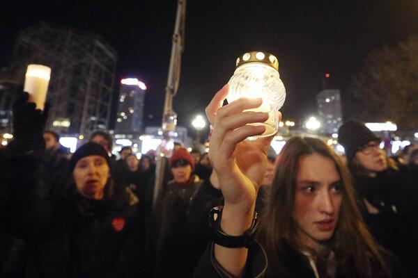 V uliciach mnohých poľských miest sa zislši tisíce ľudí.