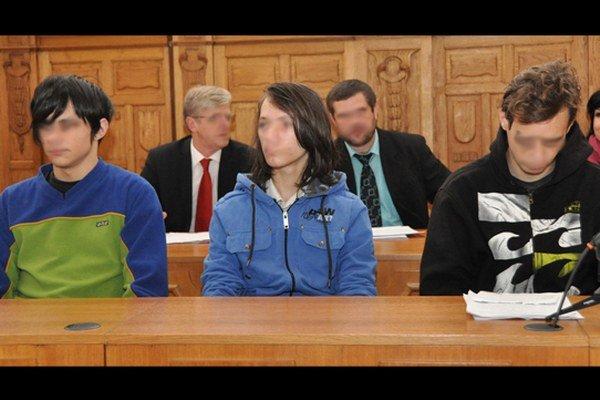 17-roční Andreja P. a Alexander M. a ich 18-ročný spolupáchateľ Ondrej D. Na verdikt čakajú vo väzení.