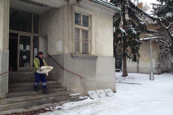 Starú nemocnicu už nový majiteľ vypratáva a čistí.