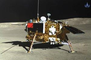 Čínska sonda Čchang-e 4 na odvrátenej strane Mesiaca. Záber spravil rover Nefritový králik 2.