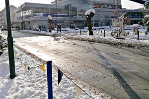 Dlažbu na námestí by mali opraviť.