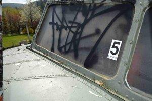 Pred niekoľkými rokmi vandali takto poškodili aj dopravné lietadlo v skanzene.