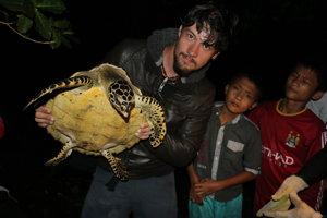 Michal Gálik (29) s čerstvo zachránenou korytnačkou na ostrove Nias pri Sumatre.Vyštudoval zoológiu na Univerzite Karlovej v Prahe. Už počas štúdií sa vydal na dokumentaristickú dráhu a rozhodol sa prírodu chrániť s kamerou v ruke. Nakrúcal na šiestich kontinentoch a za sebou má niekoľko ocenených dokumentov. Je spoluzakladateľom skupiny Wildlife Guards, ktorej cieľom je boj proti ilegálnemu obchodu so zvieratami či s ich produktmi. Momentálne dokončuje seriál na túto tému.