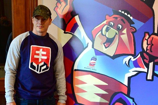 Kapitán HC Košice Ladislav Nagy s maskotom MS medveďom Macejkom, ktorého oficiálne pokrstia v sobotu na Štrbskom Plese.