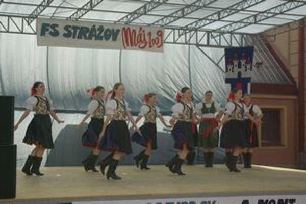 Pódium využíval aj domáci folklórny súbor pri svojich vystúpeniach.