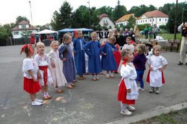 Na oslavách vystúpila aj miestna folklórna skupina a malí folkloristi.
