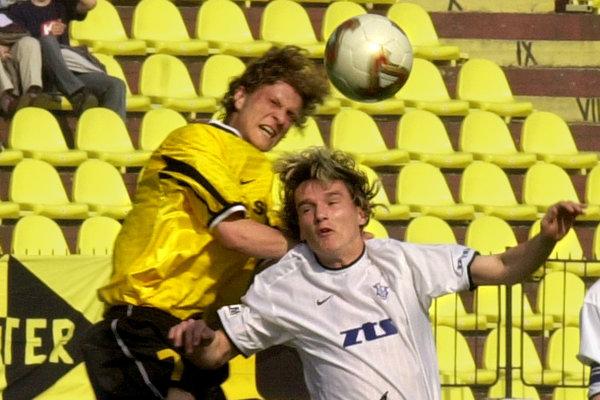 Na archívnej snímke z 26. apríla 2003 bojujú vo vzdušnom súboji o loptu Andrej Burza z Interu (vľavo) a Ján Švikruha (vpravo).