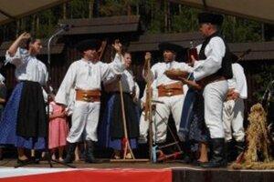 Folkloristi zo Závažnej Poruby zatancovali na slávnostiach v Lúčkach.