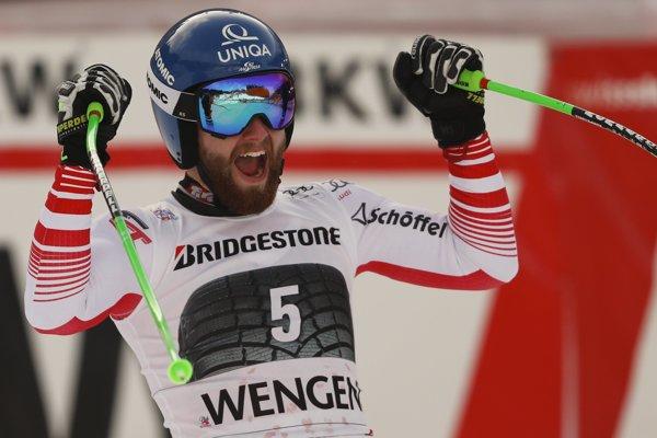 Rakúsky lyžiar Marco Schwarz oslavuje v cieli po jeho víťazstve alpskej kombinácie Svetového pohára v alpskom lyžovaní vo švajčiarskom Wengene.