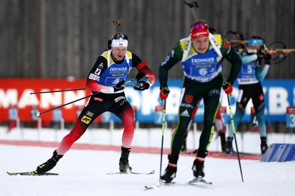 Johaness Thingnes Bö (vľavo) v tesnom závese za Benediktom Dollom.