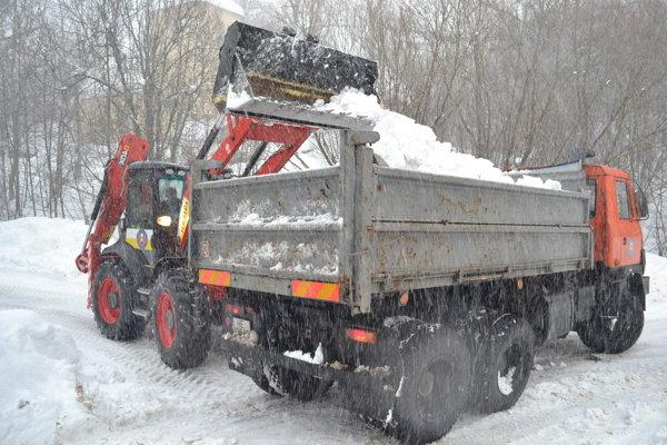 Parihuzovce bojujú so záľahou snehu. Na pomoc Parihuzovčanom prišli príslušníci Záchrannej brigády HaZZ z Humenného.