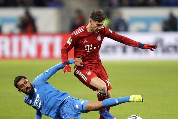 Na snímke vľavo stredopoliar Hoffenheimu Kerem Demirbay a hráč Bayernu Leon Goretzka v predohrávke 18. kola nemeckej futbalovej Bundesligy TSG 1899 Hoffenheim - Bayern Mníchov v Sinsheime 18. januára 2019.