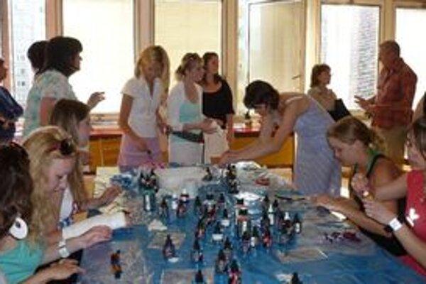 Maľovanie na hodváb v rámci tvorivých dielní pod vedením Oľgy Dzúrovej zaujalo najmä dievčatá, ktoré si vyrobili originálne doplnky.